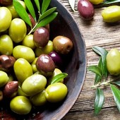 Les olives són fruites riques en àcid oleic (omega-9), vitamina A i E i un gran ventall de compostos fenòlics que els atorguen grans beneficis per a la salut. Són protectores cardiovasculars, de malalties neurodegeneratives i de certs tipus de càncer.  .  Les olives són un dels aliments més preuats dins la dieta mediterrània, especialment pel suc que se n'extreu: l'oli d'oliva. Són el fruit de l'olivera i n'hi ha moltes varietats, amb mides i sabors diferents: arbequina (molt típica de Catalunya), argudell, picual, grossal, blanqueta, sevillana o villalonga.