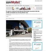 """El servei de venda en línia del Mercat Municipal de Mollet ha complert el seu primer any amb més de 5.000 comandes, una xifra que els paradistes consideren un """"èxit rotund"""".  La venda a domicili que el Mercat Municipal posava en marxa l'estiu de 2020 s'ha consolidat amb un total de 5.000 comandes tramitades durant el primer any de servei i més de 32.000 productes entregats a casa dels clients. """"Tot i que entre les parades es comenta que aquest ha estat un estiu una mica fluix d'afluència al mercat, les dades de venda on line són tot un èxit"""", expliquen des de l'Associació de Paradistes del Mercat Municipal.  Segons les dades recollides pels paradistes, cada comanda ha implicat una mitjana de sis parades diferents del mercat per entrega i l'import de consum mitjà per lliurament ha estat de 96,55€. A més, segons informa l'associació de paradistes del Mercat Municipal Mollet, 100% dels paradistes han venut els seus productes via telemàtica. Pel que fa al perfil de les persones que fan compra en línia al Mercat, un 73% eren dones i un 23% homes."""