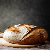 El pan, de forma equivocada, suele eliminarse de la alimentación cuando se inicia una dieta de adelgazamiento. No debería ser así porque el pan es uno de los alimentos que componen la dieta mediterránea, posiblemente la más equilibrada que existe en el mundo, y se recomienda el consumo de una ración integral por comida.  . Los hidratos de carbono son la fuente principal de energía del organismo, sobre todo del cerebro. Rico en vitaminas y nutrientes. De entre los beneficios de comer pan, este podría ser uno de los más importantes. Contiene hierro, magnesio, potasio, ácido fólico y vitaminas B6 y B2, entre otros componentes. . Si desconoces las beneficiosas propiedades del pan:  . Previene las enfermedades cardiovasculares . Favorece la buena digestión . Aconsejable en dietas para perder peso . Energía para nuestra vida diaria . Lucha contra la diabetes  . . . . . . #gava #castelldefels #viladecans #comerç #comerçproximitat #comerçdeproximitat #comerçdequalitat #comercio #comerciodeproximidad #comerciodecalidad #compraonline #ecommerce #martorell #proximidad #proximitat #santestevesesrovires #tendesdebarri #tiendasdebarrio #tendesdesempre #tiendasdesiempre #salud #sostenibilidad #sostenibilitat
